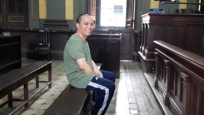 Dượng cưỡng hiếp con riêng thường xuyên mỉm cười tại tòa