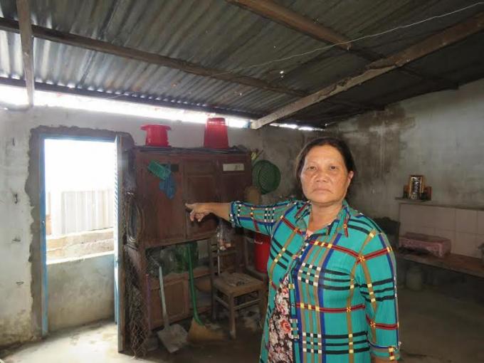 Bà Ngọc Anh trong góc sau ngôi nhà được xây dựng và ở ổn định mấy chục năm qua.