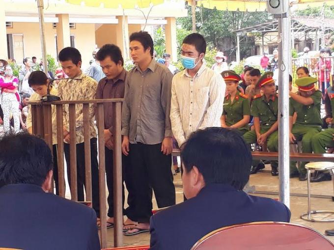 Các bị cáo tại phiên tòa lưu động.