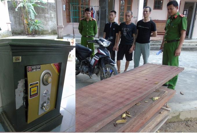Các đối tượng Thuận, Hưng, Hân và tang vật bị thu giữ. (báo Giao thông)