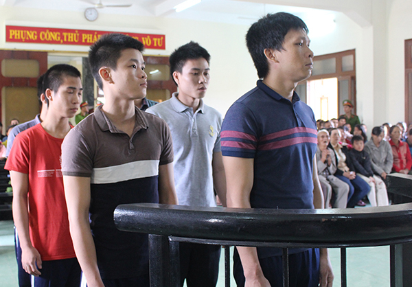Các bị cáo tại phiên xử hình sự sơ thẩm. (Ảnh: báo Công an nhân dân)