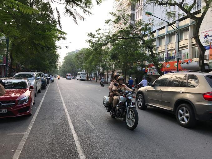 Công an TP Hà Nội bố trí xe mô tô tuần lưu dọc tuyến để đảm bảo thông suốt an toàn phục vụ kỳ thi.