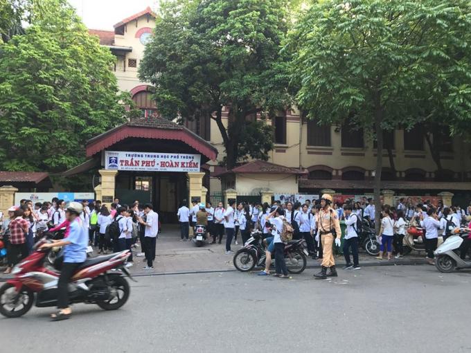CSGT làm nhiệm vụ tại cổng trường THPT Trần Phú.