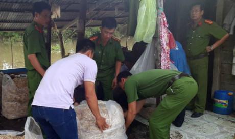 200kg bắp chuối bào ngâm chất tẩy trắng bị bắt quả tang (Ảnh:Huy Phách)