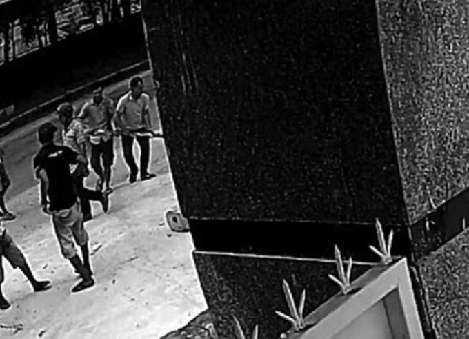 Trích xuất camera việc người dân kéo đến nhà máy phản ứng vào ngày 1/10.