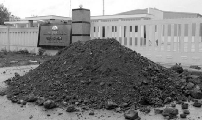 Người dân đổ đất đá trước cổng ngăn cản nhà máy hoạt động.