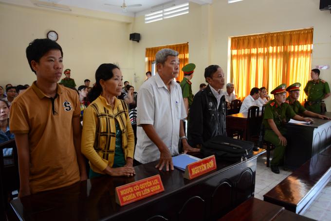 Bà Nguyễn Thị Tuyết (thứ hai, từ trái qua) nghe tuyên án tại phiên tòa phúc thẩm ngày 7/11/2017.