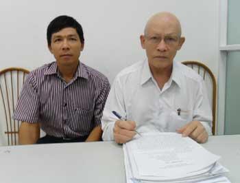 Ông Nguyễn Lâm Sáu (phải) và con trai trong quá trình kêu oan. (Ảnh: báo Điện tử Đảng cộng sản Việt Nam)