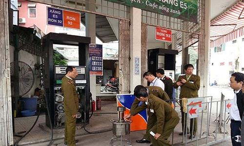 Cửa hàng xăng dầu của Công ty Mai Hoa tại bị lực lượng liên ngành kiểm tra.