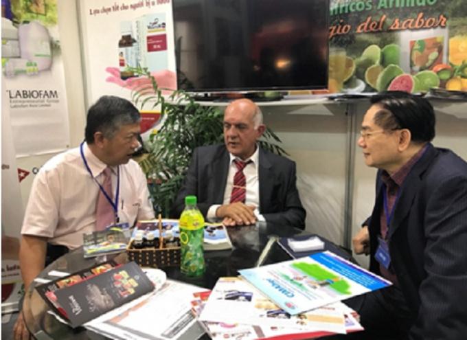 Giáo sư Fabio trao đổi với khách hàng tại hôi chợ Viet Nam EXPO 2018.