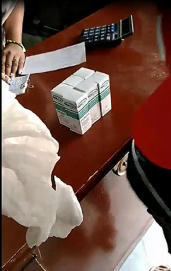 Một vài lọ thật các đối tượng mua tại Cuba sau đó trộn số lượng lớn hàng giả giống 100% và chuyển về Việt Nam (Ảnh cắt từ clip đối tượng quay trộm tại cửa hàng thuốc tại Cuba).