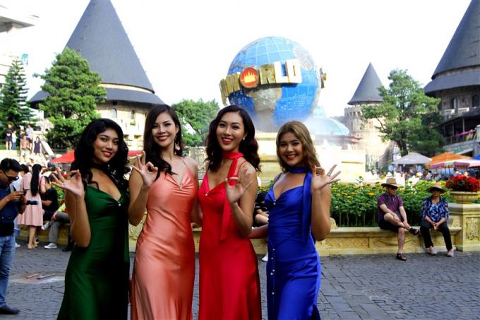 Lần đầu tới Việt Nam, đoàn hoa hậu thế giới mê mẩn trước Cầu Vàng