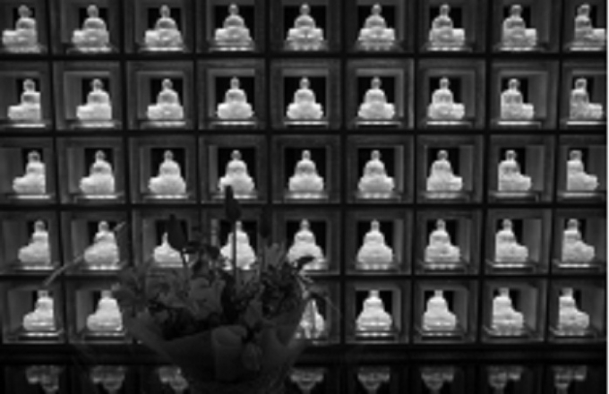 Khu đặt tro cốt với tượng Phật phát sáng.