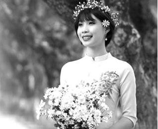 Cô gái Phạm Thị Huế rạng rỡ trong tà áo dài ngày chụp ảnh kỷ yếu tốt nghiệp Đại học.