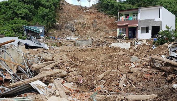 Khu vực một mảng núi đổ ập xuống khu dân cư ở tổ dân phố 1 Hòa Tây.