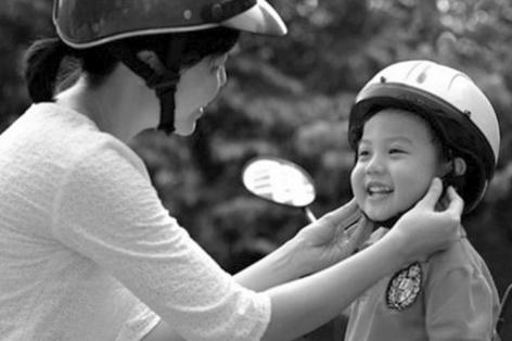Trẻ em ngồi xe máy không đội mũ bảo hiểm: Phạt ai? - Ảnh 1