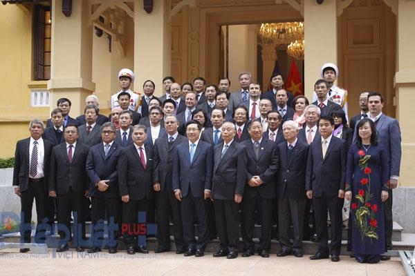 Phó Thủ tướng Phạm Bình Minh cảm ơn và bày tỏ mong muốn tiếp tục nhận được sự quan tâm, ủng hộ và hỗ trợ của bạn bè quốc tế đối với ASEAN và Việt Nam; khẳng định ASEAN đã và luôn luôn là một trụ cột trong chính sách đối ngoại của Việt Nam. Cuối buổi lễ Phó Thủ tướng Phạm Bình Minh xin chúc Cộng đồng ASEAN sang năm mới có nhiều chuyển biến tốt đẹp, đoàn kết và ngày càng vững mạnh. Ảnh: Như Trường.