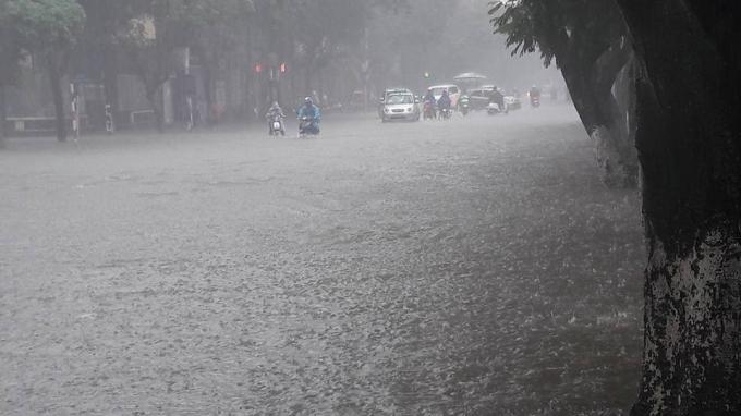 Do lượng mưa lớn xảy ra với cường độ mạnh, nhiều tuyến phố bị ngập. Các phương tiện tham gia giao thông gặp khó khăn.