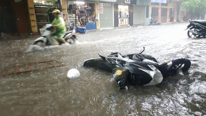 Mưa lớn làm nhiều tuyến phố bị ngập nghiêm trọng.