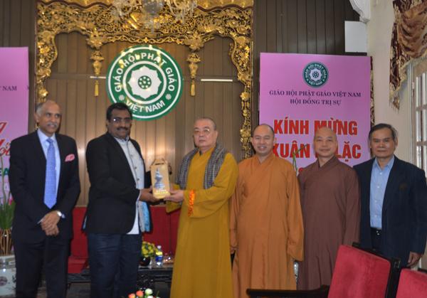 Hai bên trao tặng nhưng món quà lưu niệm thể hiện tình đoàn kết phật giáo giữa 2 nước.