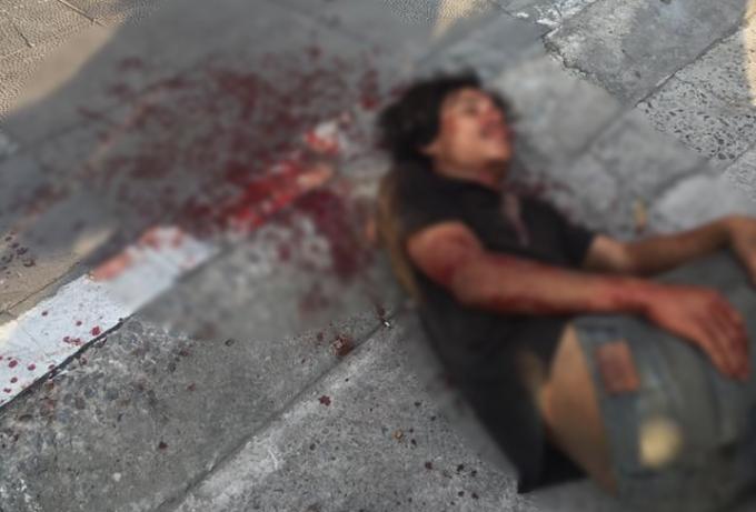 Nam thanh niên đập ô tô, đánh trọng thương tài xế bị người dân khống chế.