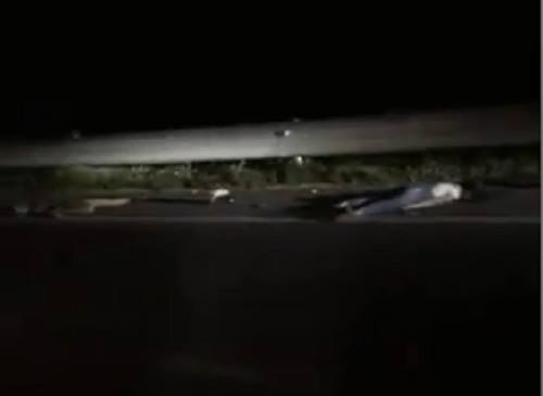 2 cô gái tử vong bên đường vào đêm 21/6. Ảnh cắt từ clip.