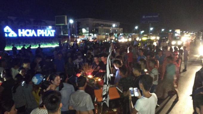 Người dân tụ tập rất đông trên quốc lộ 5A đoạn ngã tư Phố Nối A.Ảnh: Quốc Anh Nguyễn.