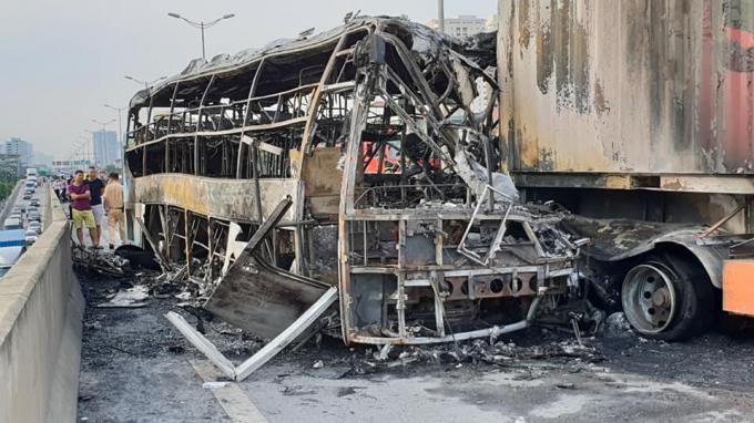Hai chiếc xe bị cháy trơ khung sau vụ va chạm giao thông trên đường vành đai 3 vào rạng sáng ngày 11/7.