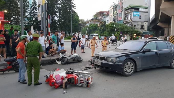 Chiếc xe ôtô BMW gây tai nạn, tông hàng loạt xe trên đường.