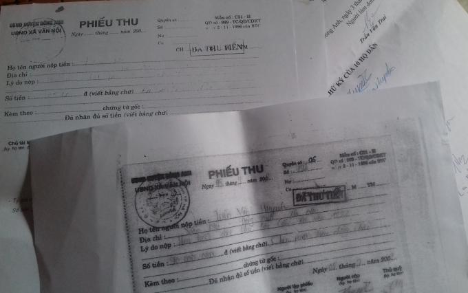 Các hộ dân nộp tiền làm các thủ tục xin cấp giấy CNQSDĐ và nhận được phiếu thu đầy đủ.
