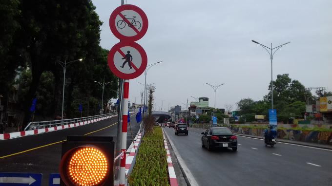 Cầu vượt cấm người đi bộ và xe thô sơ.