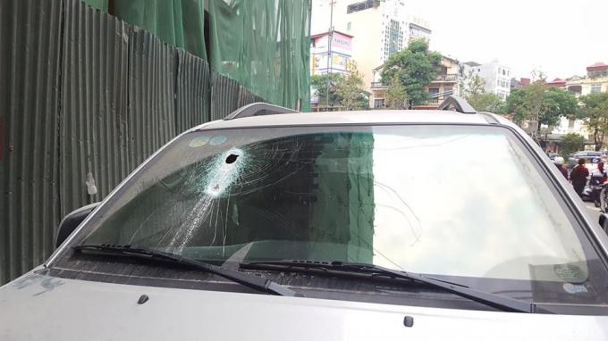 Thanh sắt 3 mét rơi từ công trình xuyên thủng kính xe ôtô.