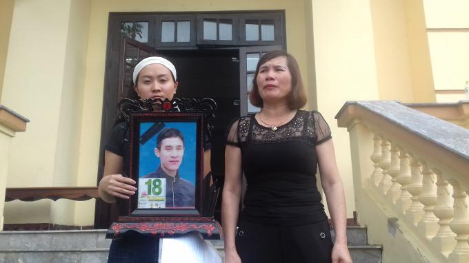 Bà Phạm Thị Thu (mẹ nạn nhân) và chị Linh (vợ nạn nhân ôm diảnh)đến TAND tỉnh Lào Cai.