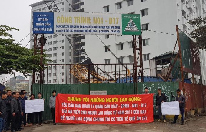 Sáng 11/1/2019, hàng loạt công nhân thi công công trình nhà TĐC N01- D17 Duy Tân (Cầu Giấy, Hà Nội) đã tập trung căng băng rôn để đòi quyền lợi.