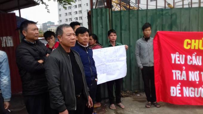 Anh Đặng Văn Hả, Tổ trưởng tổ công nhân thi công công trình nhà TĐC N01 – D17 Duy Tân chia sẻ với Phóng viên.