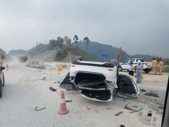 Sau vụ tai nạn, chiếc xe bị lật và hư hỏng toàn bộ.