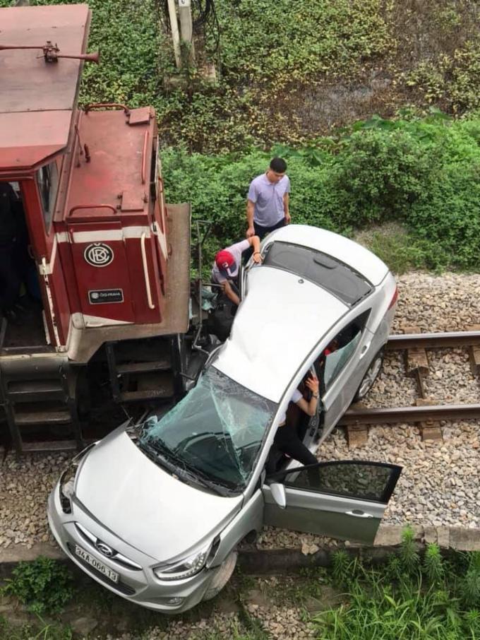 Chiếc xeô tô bị tàu hỏa dâm nát một bên.