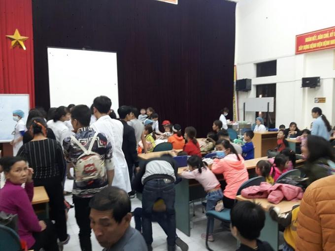 Hàng trăm trẻ được gia đình đưa đến Bệnh viện Bệnh Nhiệt đới Trung ương khám sáng 15/3.Ảnh Chi Lê