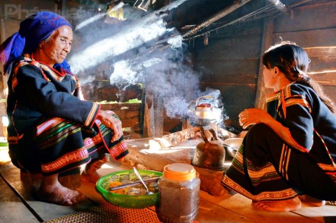 Hương cà phê lan tỏa trong căn bếp của người Ê đê (Ảnh: Đoàn Bắc)