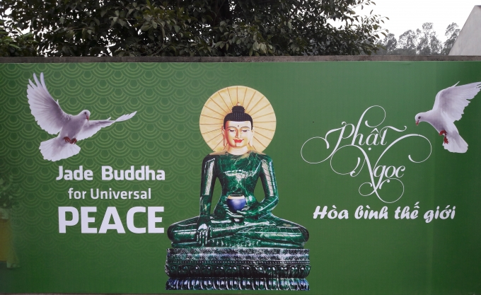 Phật Ngọc ngồi trên tòa sen với tư thế