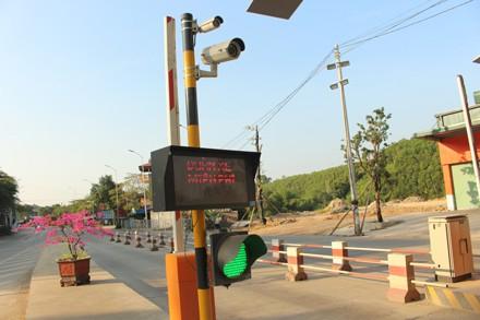 Đèn xanh bật thông cho xe qua lại vì chưa một lần thu phí.