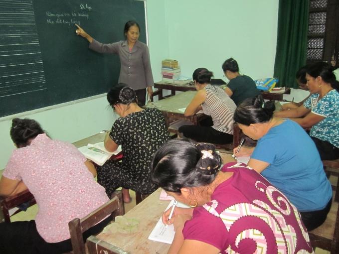 Lớp học buổi tối cho những người lớn tuổi (Ảnh: Nguyệt Nguyệt)