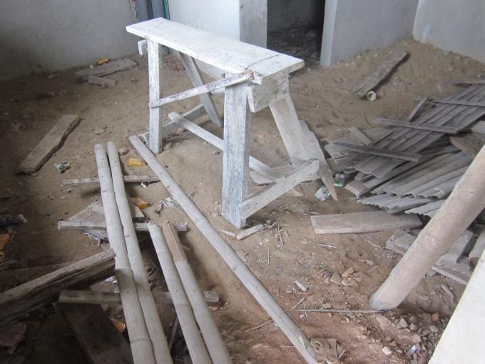 Sàn nhà được bày la liệt những vật liệu, dụng cụ xây dựng...