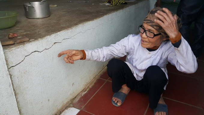 Sau nhiều lần sửa lại, giờ đây bà Thơm không dám sửa hay nâng cấp nhà nữa vì sửa xong lại nứt vỡ. Ảnh: Phạm Quân.