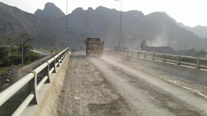 Xe tải chở đá làm rơi vãi ra đường khiến bụi bặm mù mịt nhưng chính quyền vẫn bất lực?! Ảnh: Phạm Quân
