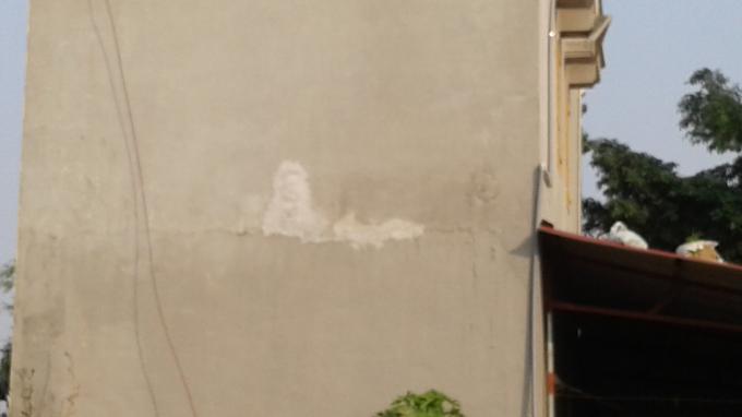 Tường nhà ông Lâm bị nứt ngang và mới được sửa chữa lại nhưng vẫn không hết dấu vết bị nứt đôi. Ảnh: Nguyệt Chi