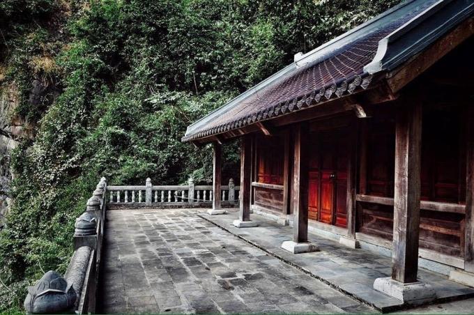 """Ngôi chùa Am Tiên cổ kính nằm lặng lẽ trong """"Tuyệt Tình Cốc"""". Theo tương truyền, chùa Am Tiên là nơi mà Thái hậu Dương Vân Nga xuất gia tu hành những năm cuối đời của mình.(ảnh Phi Ba Tơ)"""