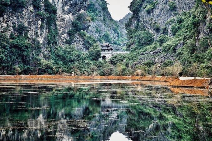 Bao quanh 4 bề là núi, tạo ra một thế giới riêng biệt. Phong cảnh nơi đây mờ ảo, hùng vĩ, nên thơ. Động Am Tiêm khiến dân phượt mê tít. (ảnh Phi Ba Tơ)