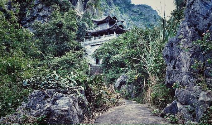 Động Am tiêm nằm ở lưng chừng núi, đường vào hiểm trở tạo cảm giác kì bí như trong phim kiếm hiệp.(ảnh Phi Ba Tơ)