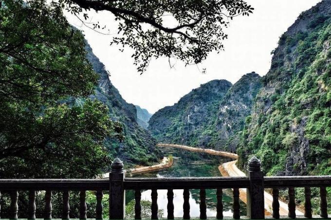 Phần lớn khu vực động Am Tiên là thung lũng ngập nước, được bao bọc xung quanh bởi vách núi đá.(ảnh Phi Ba Tơ)
